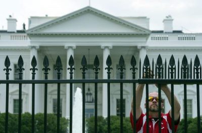 Pedestrian apprehended for jumping barrier outside White House