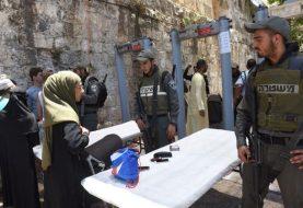Muslims protest metal detectors at Temple Mount