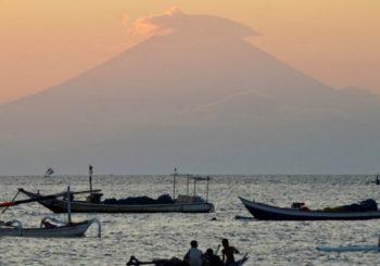 More than 120,000 flee menacing Bali volcano