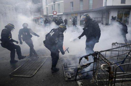Thousands protest labor reform in Paris