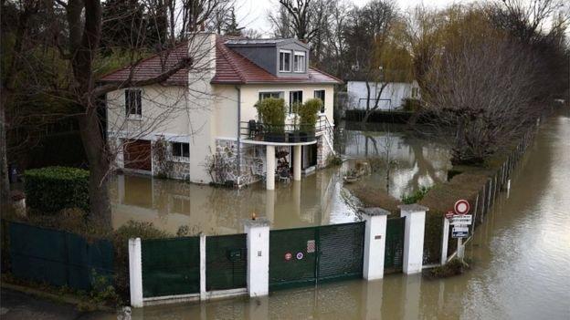 River Seine peaks in flood-hit Paris